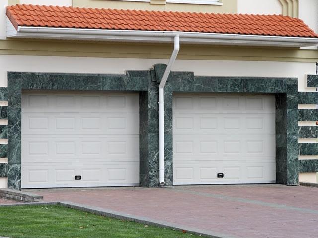 Bela dvižna vrata
